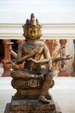印度神Brahma金破旧的老雕象在泰国 美好的印地安宗教传统阁下雕塑 库存图片