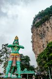 印度神hanuman巨大的蓝色雕象在batu入口的陷下在多云天期间在吉隆坡马来西亚 库存图片