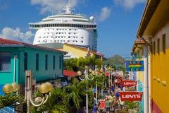 印度西部、加勒比、安提瓜岛、圣约翰斯、遗产奎伊&在口岸的游轮 库存照片