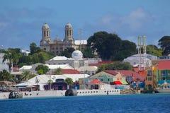 印度西部,加勒比,安提瓜岛,圣约翰斯,圣约翰斯看法从港口的 库存图片