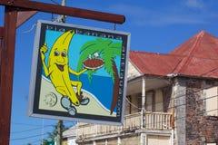 印度西部,加勒比,安提瓜岛,圣约翰斯,在雷德克利夫街上的五颜六色的标志 免版税图库摄影