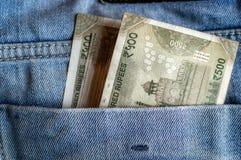 印度货币Rs在口袋的500笔记的牛仔裤 库存照片