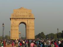 印度门新德里印度未认出的人民和游人和供营商临近德里12月2日2017年 免版税库存照片