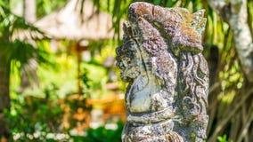 印度雕象在一个热带庭院里在巴厘岛 免版税库存图片