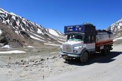 印度,在喜马拉雅山的送货卡车 库存照片