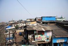 印度,孟买- 2014年11月19日:Dharavi从在铁路线的桥梁采取的贫民窟屋顶到左边 库存照片