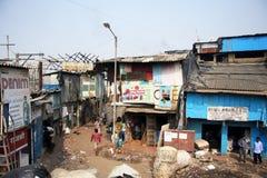 印度,孟买- 2014年11月19日:Dharavi贫民窟和车间 库存照片