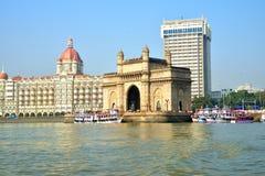 印度,有Taj旅馆的孟买的门户背景的 免版税库存照片
