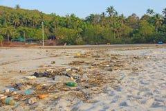 印度,果阿, 2018年2月05日 空的塑料和玻璃瓶l 免版税库存图片