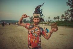 印度,果阿- 2016年11月26日:印地安盖帽的人沿海滩去 库存照片