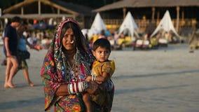 印度,果阿- 2012年:传统礼服的老印地安妇女抱一个孩子 影视素材