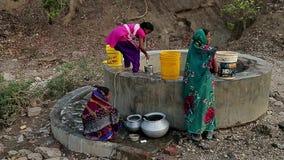 印度,比哈尔省-可以2016个从井的印地安女孩凹道水 影视素材