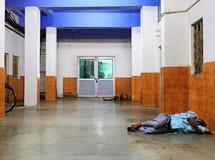 印度,睡觉在地板上的可怜的人民 免版税库存图片