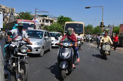 印度:在艾哈迈达巴德,古杰雷特的首都街道的繁忙运输  免版税库存图片