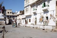 1977年 印度 乌代浦 从乌代浦的老部分的街道场面 免版税库存照片