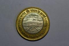 印度10卢比铸造印度的议会的60年 库存照片