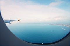 印度洋和沿海巴厘岛从航空器窗口 免版税库存照片