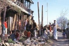 1977年 印度 唱和演奏鼓的音乐家 库存照片