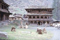 1977年 印度 在寺庙前面的大广场 Malana 免版税库存图片
