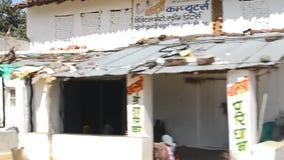 印度- 2018年2月:走,乘坐自行车和工作在村庄的人们 股票视频