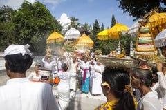印度仪式,妇女跳舞在恍惚的,努沙Penida,印度尼西亚 免版税库存照片