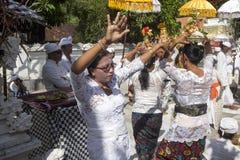 印度仪式,跳舞在恍惚的妇女, -努沙Penida,印度尼西亚 免版税库存图片