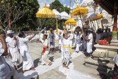印度仪式,跳舞在恍惚的妇女, -努沙Penida,印度尼西亚 免版税库存照片