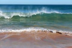 印度洋挥动辗压在一个晴朗的早晨的原始Binningup海滩西澳州在晚秋天。 免版税库存照片