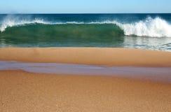 印度洋挥动辗压在一个晴朗的早晨的原始Binningup海滩西澳州在晚秋天。 图库摄影