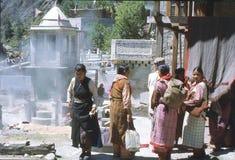 1977年 印度 有些香客在Manikaran之前的神圣的温泉 免版税库存照片