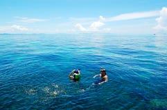 印度洋绿松石水的潜航的游人  免版税库存照片