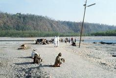 1977年 印度 沿导致恒河的道路的瞎的叫化子 免版税库存图片