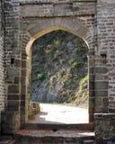 印度建筑学外部被成拱形的门Kangra堡垒 库存图片