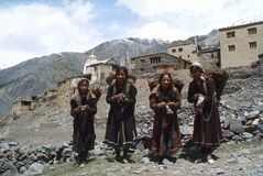 1977年 印度 编织袜子的四个女孩 免版税库存图片