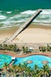 印度洋,白色沙滩、水池和海洋码头鸟瞰图在德班,南非的市中心 免版税库存照片