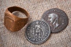 印章戒指和古老罗马帝国的两枚硬币 免版税库存照片