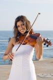 印第安作用小提琴妇女 免版税库存图片