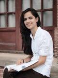 印第安大学生阅读书。 库存图片