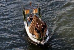 印第安女孩在船上狂欢节 免版税库存照片