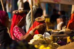 印第安妇女购物的市场蔬菜 库存图片