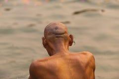 印第安沐浴恒河瓦腊纳西的人长的耳朵头发 免版税库存照片