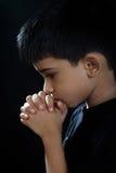 印第安男孩祈祷 免版税库存照片