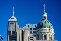 印第安纳州议会议场国会大厦大厦圆顶在与的一个晴天 图库摄影