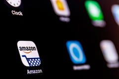 印第安纳波利斯-大约2018年4月:亚马逊和回声Alexa App 改良 com是最大的基于互联网的零售商在美国v 库存照片