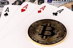 印第安纳波利斯-大约2018年4月:在代表赌博数字式Cryptocurrency XII的四张相同的牌的Bitcoin纸牌游戏手 免版税库存照片
