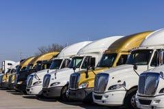 印第安纳波利斯-大约2016年11月:为销售排队的五颜六色的半牵引车拖车卡车II 免版税库存图片