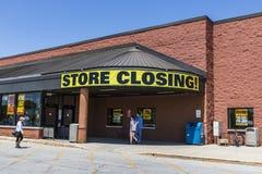 印第安纳波利斯-大约2017年5月:存放闭合值的标志在杂货市场停业的III 免版税库存照片