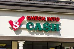 印第安纳波利斯-大约2016年11月:检查入现金消费者地点 检查到现金里是发薪日贷款银行我 库存图片