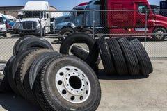 印第安纳波利斯-大约2017年6月:牵引车拖车半卡车轮胎我 库存照片