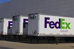印第安纳波利斯-大约2015年12月:联邦快递公司卡车在装货场 库存图片